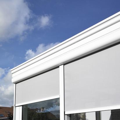 Hou de zon en insecten buiten met onze  Fixscreen : de windvaste oplossing voor verticale zonwering.